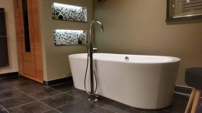Badkamer met tegels in natuursteen