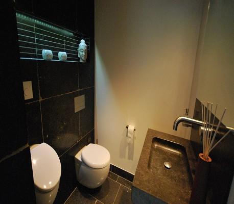 Badkamer renovatie met zwarte tegels