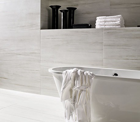 Badkamertegels Marmi Classico Bianco Nestos bij Ceramique Haaksbergen